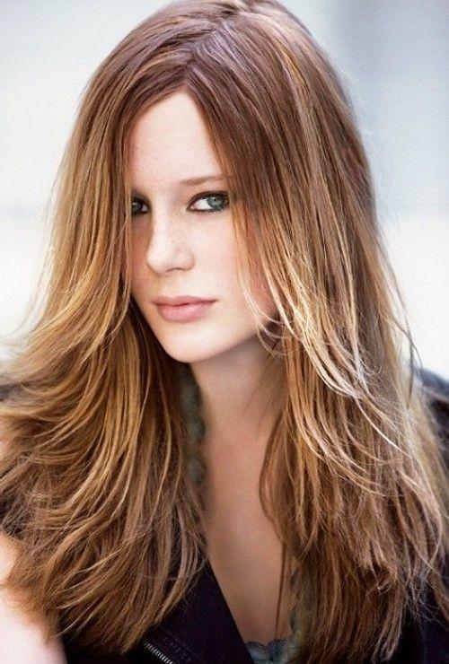 peinados-de-mujer-pelo-largo-liso-raya-a-un-lado-capas