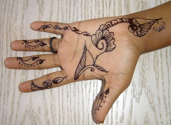 como-poner-tatuajes-temporales4