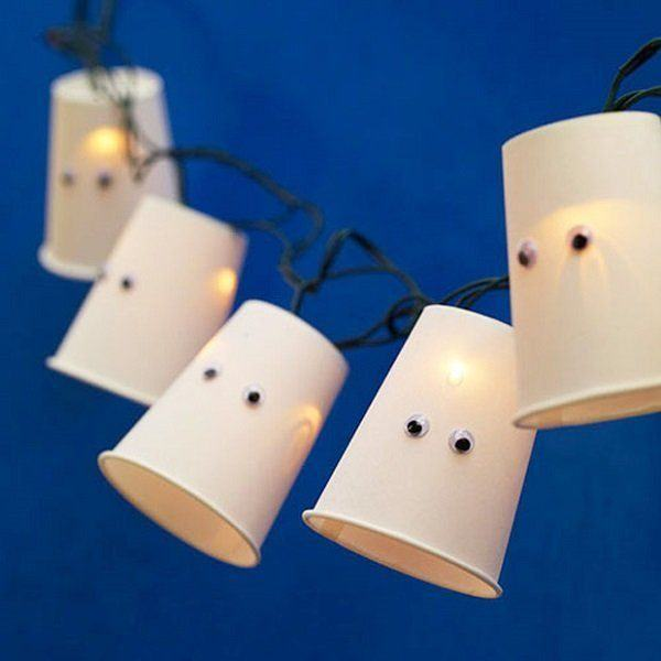 manualidades-halloween-ninos-decoracion-luces-fantasmas-vasos