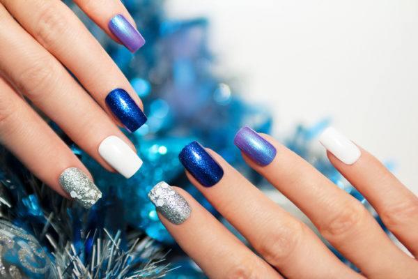 Unas navidenas con piedras azules blancas y grises