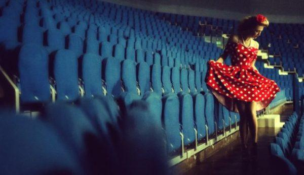 las-ideas-del-estilo-pin-up-peinado-mujer-vestido-lunares-rojos-blancos