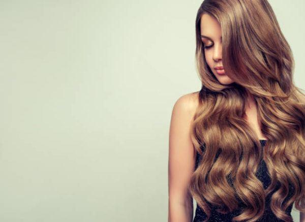 Aclarar el pelo con reflejos rubios en un pelo castano 7