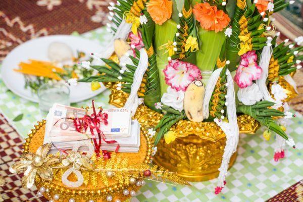 frases-para-pedir-dinero-como-regalo-de-boda-en-la-invitacion-istock2