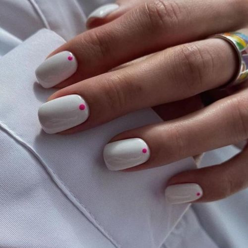 unas-blancas-con-punto-rosa-instagram-hand-fresh