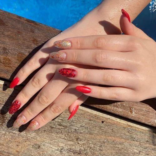 unas-de-gel-instagram-rojas-y-claras-con-lentejuelas-moetnails
