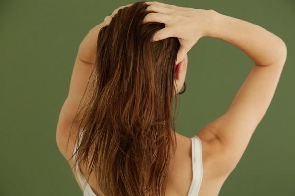 Mujer aplicando masaje en su pelo