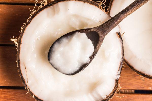 Cuchara cogiendo crema de coco