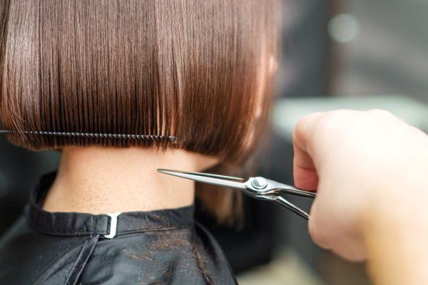 Cortando pelo recto corto de una muchacha