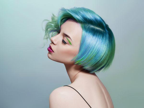 Mujer con melena corta recta y azul con mechas verdes