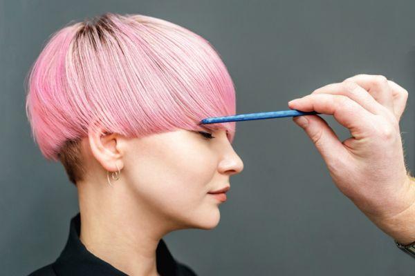 Mujer con pelo muy corto recto y rosado