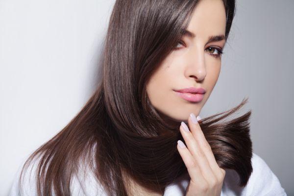 Mujer con pelo largo de corte recto