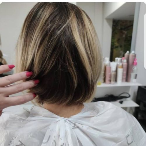 Corte de pelo degradado con mechas rubias