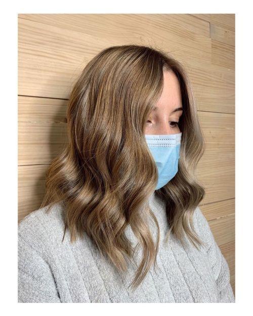 Corte de pelo degrado con ondas y flequillo largo