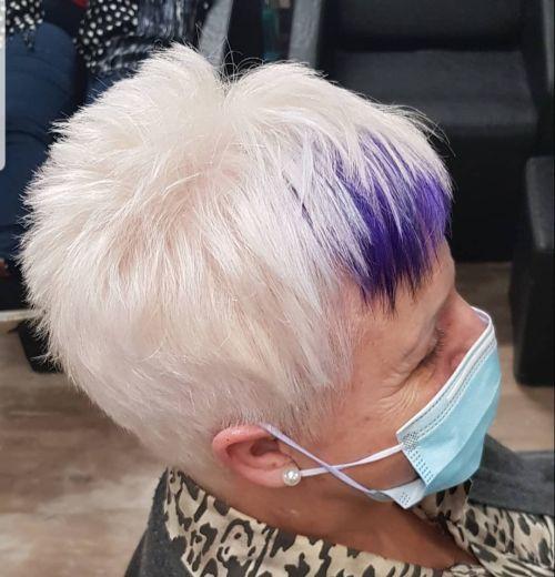 Mujer con mascarilla y pelo corto con flequillo en morado