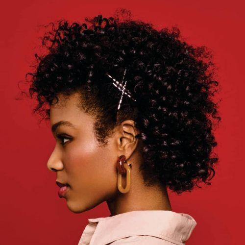 Mujer pelo rizado corto con horquillas