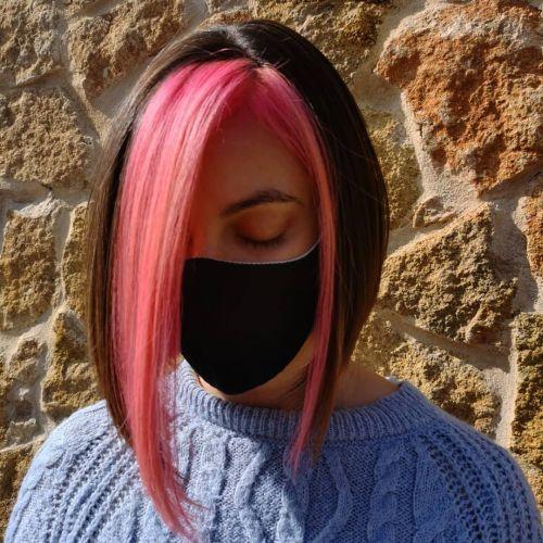 Mujer media melena flequillo rosa