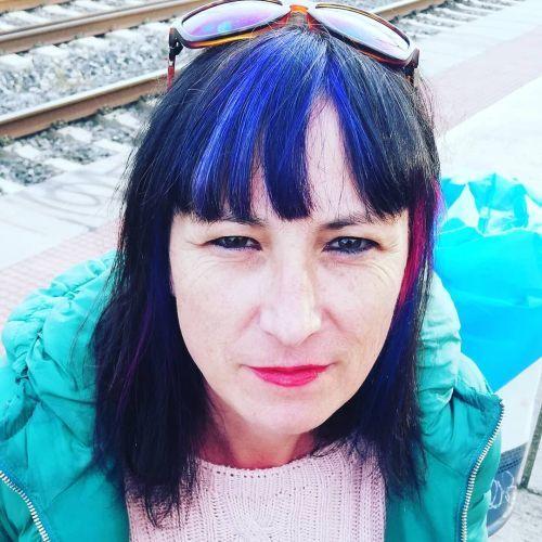 Mujer con flequillo azul