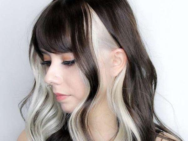 Mujer pelo largo bicolor negro-blanco