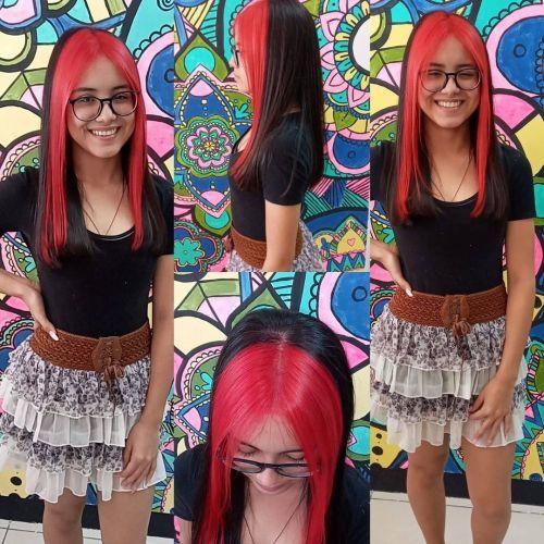Muchacha pelo largo bicolor negro-rosa