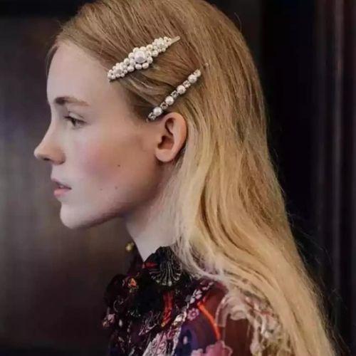 Mujer pelo largo rubio con horquillas