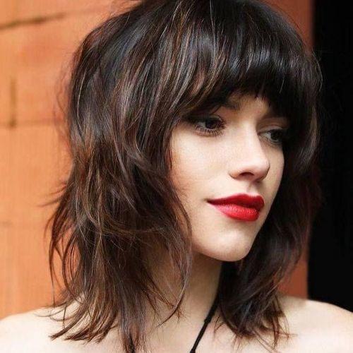 Mujer con labios rojos y corte muy capeado