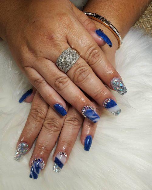 Uñas largas azules con blanco y muchas perlas
