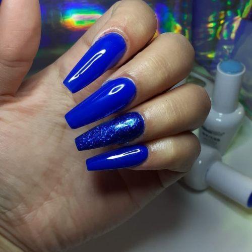 Uñas largas azules con una uña de brillo