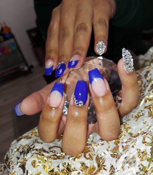 Uñas azules con color carne y perlas