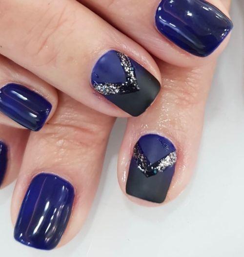 Uñas cortas en azul oscuro decoradas con plata