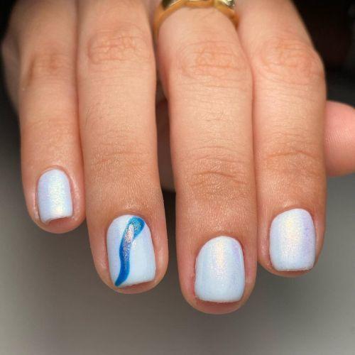 Uñas cortas blancas con detalle en azul