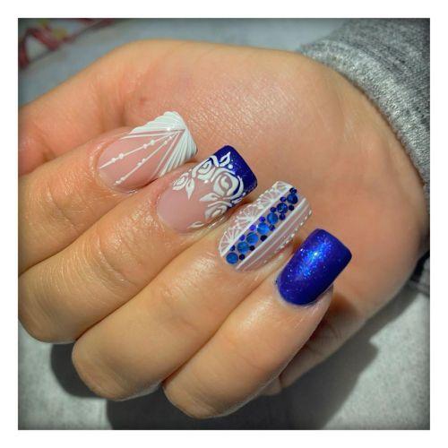 Uñas de porcelana azules y transparentes con adornos