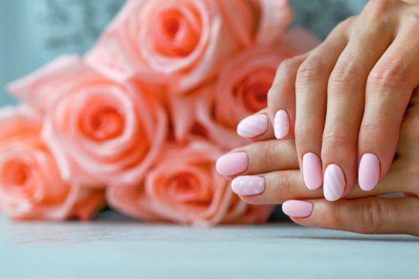 Uñas color pastel cortas naturales con líneas