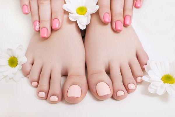 Uñas color pastel cortas naturales manos y pies