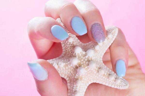 Uñas color pastel cortas naturales purpurina