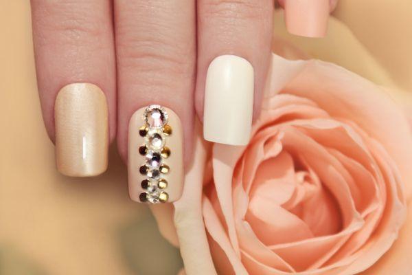 Uñas color pastel de gel beige con perlas