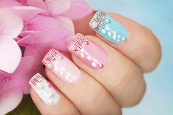 Uñas color pastel de gel con perlas