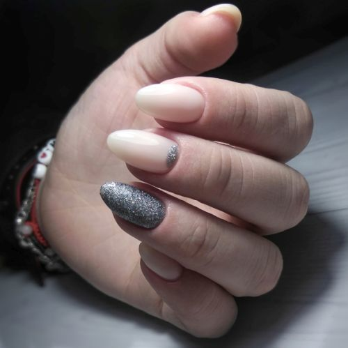 Uñas color pastel largas con purpurina plata