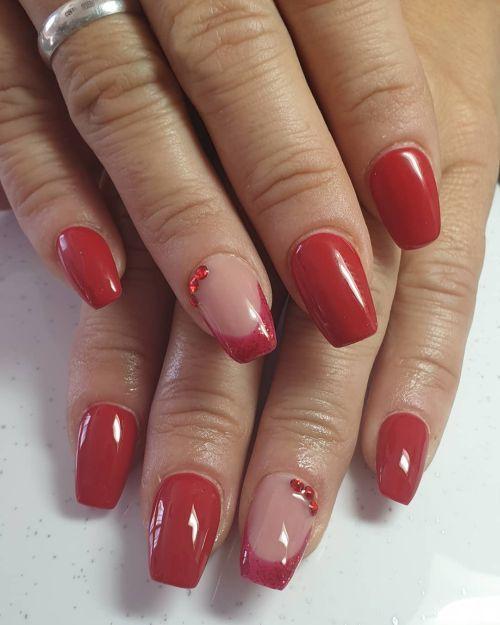 Uñas rojas con transparencia y brillo
