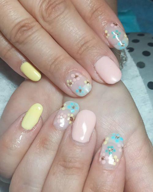 Uñas con flores y diamantitos