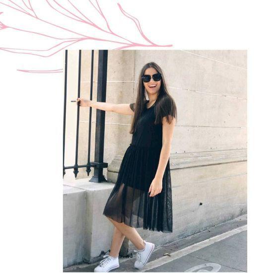 Vestido negro con falda transparente y converse