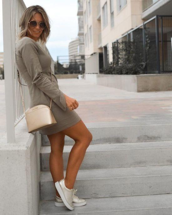 Vestido corto gris con zapatillas doradas