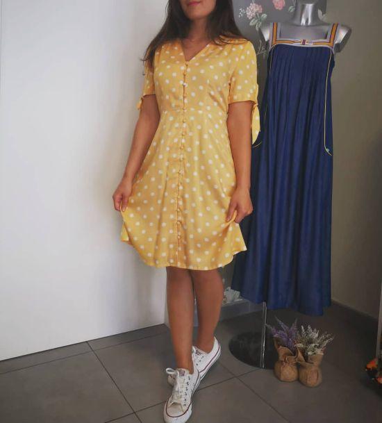 Vestido amarillo con lunares blancos y converse
