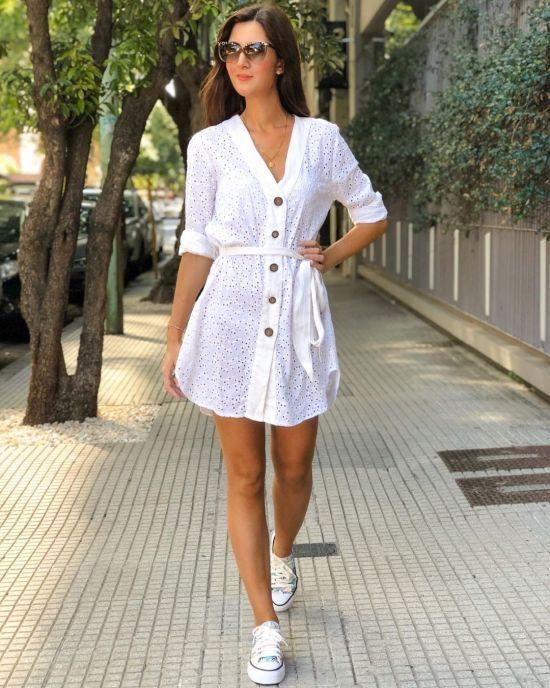 Vestido corto blanco con detalles en oscuro y zapatillas con plataforma