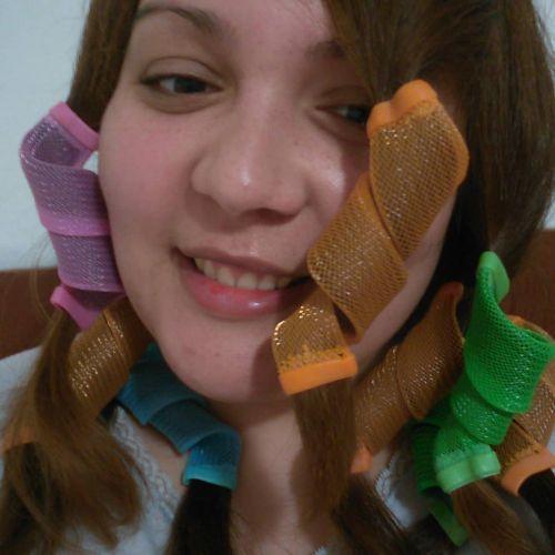 Chica con accesorios para rizos