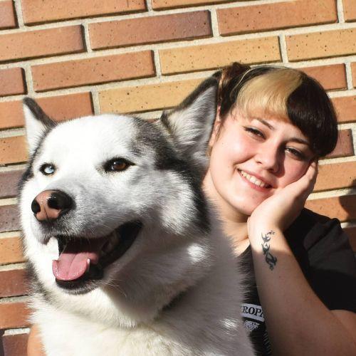 Joven con perro y pelo bicolor