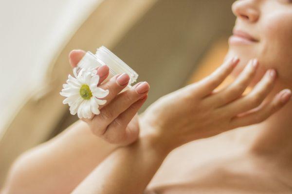 Mujer aplicando crema