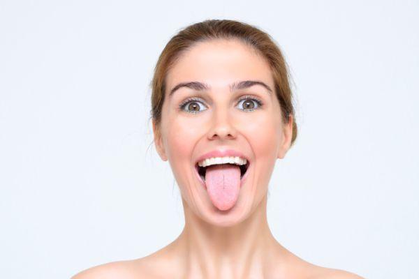 Yoga facial ejercicios mujer lengua