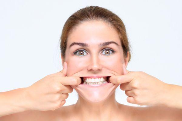 Yoga facial ejercicios mujer sonrisa