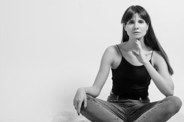 Yoga facial ejercicios mujer sujetando barbilla