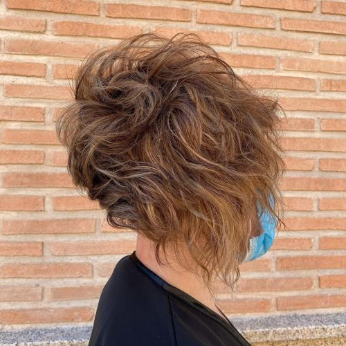 Corte de pelo rizado corto asimétrico